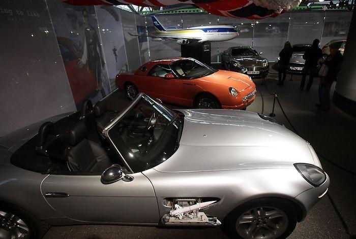 В Великобритании открылся музей Джеймса Бонда (34 фото)