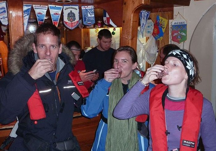 Украинский бар в Антарктиде (11 фото)