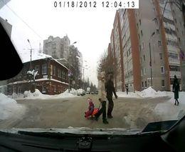 Родители потеряли ребенка на дороге