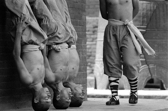Чудеса, которые вытворяют монахи Шаолинь (10 фото)