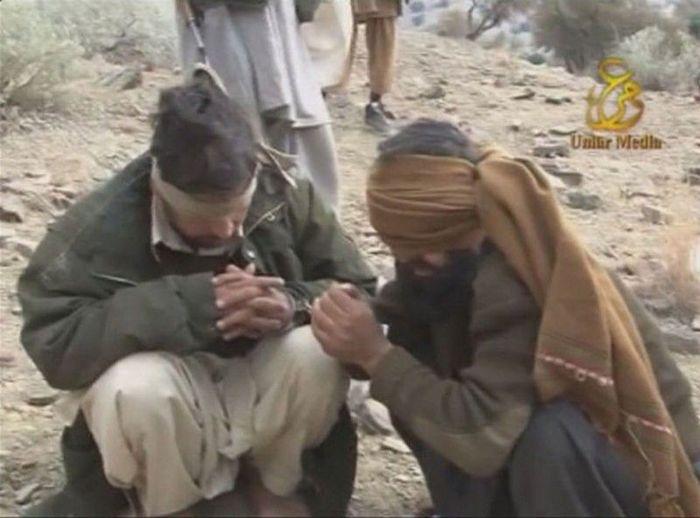 Шокирующие кадры: Расстрел пакистанских военных талибами (14 фото)