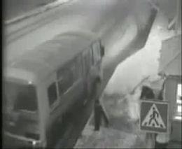 Автобус убрал шлагбаум
