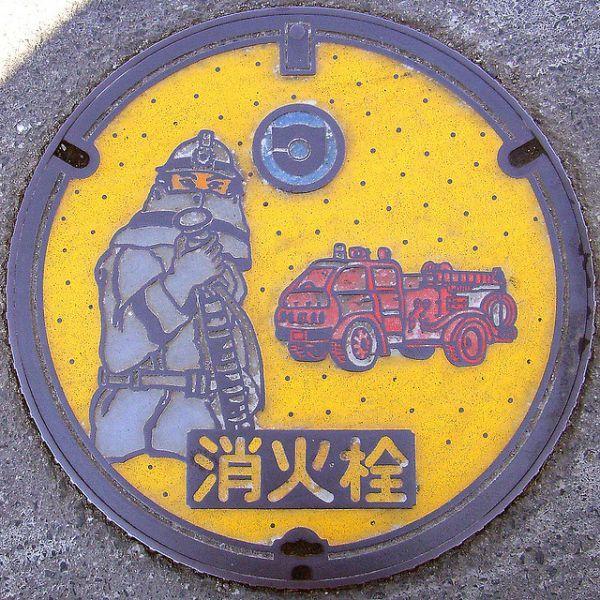 Необычные крышки дорожных люков в Японии (28 фото)