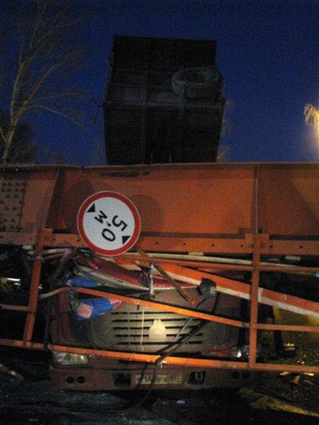 Самосвал снес надземный пешеходный мост в Химках (4 фото+видео)