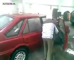 Дедушка моет машину