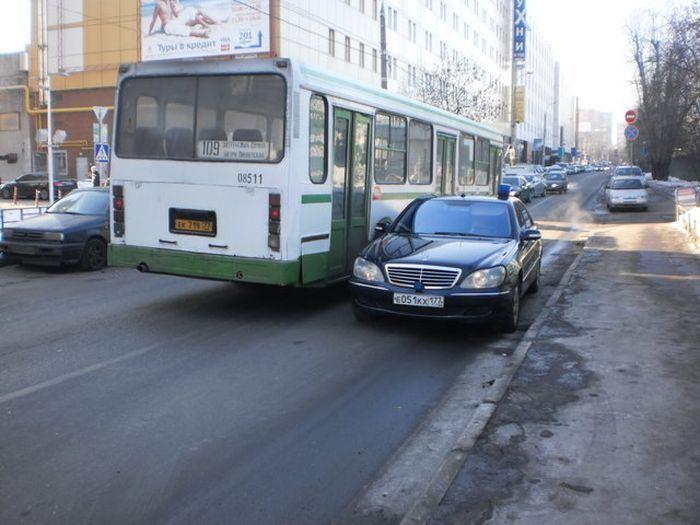 Парковка машины с номерами ФСО на встречной полосе (5 фото)