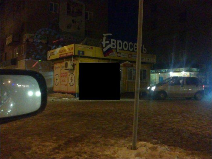 Владелец Мерседеса выпилил дверь в салоне связи (8 фото)