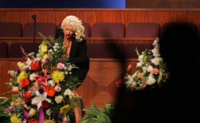 Кристина Агилера спела на похоронах (16 фото + 1 видео)