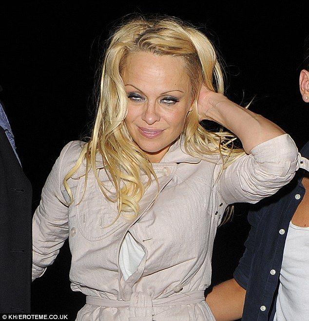 Папарацци подловили пьяную Памелу Андерсон (4 фото)