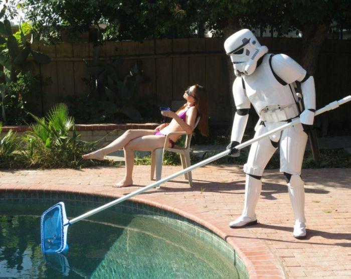 Улетное фото бассейн, загорает, звездные войны, костюм, уборщик, штурмовик