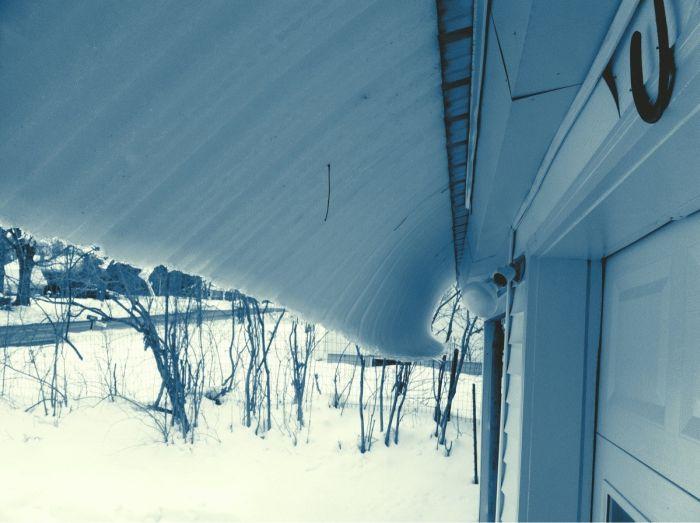 Новый фотоприкол замерзла, красота природы, крутая фотография, обледенела, с крыши, свисает, сосулька