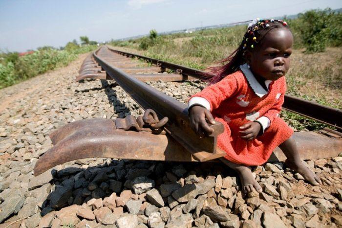 Фото девочка, железная дорога, конец пути, крутая фотография, ребенок, тупик, чернокожая