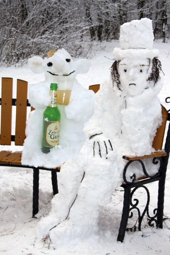 Юмор бутылка пива, выражение лица, из снега, скульптура, слепили, смешная фотография, снеговик