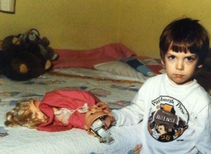 Фото прикол выражение лица, злой, кукла, маленький мальчик, ребенок, сломал