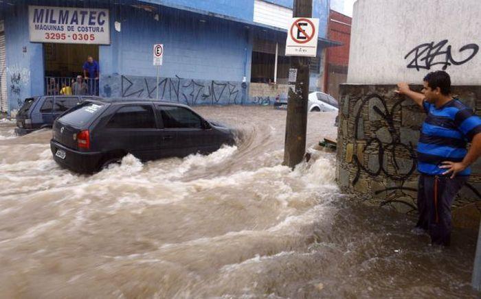 Смешной фотоприкол автомобиль, залило водой, латинская америка, потоп, улица