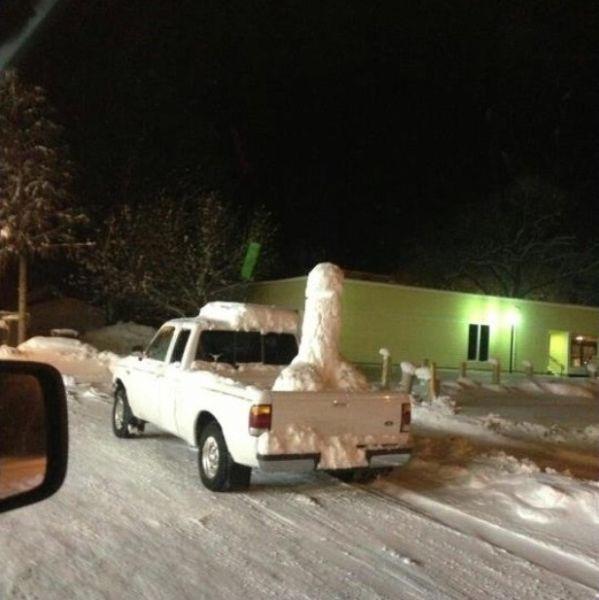 Фотоподборка прикольное фото, скульптура из снега, слепили, снег в машине