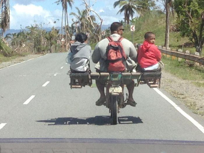 Яркие фото креатив, мотоцикл, отец с детьми, приспособил, своими руками, темнокожие, трехместный