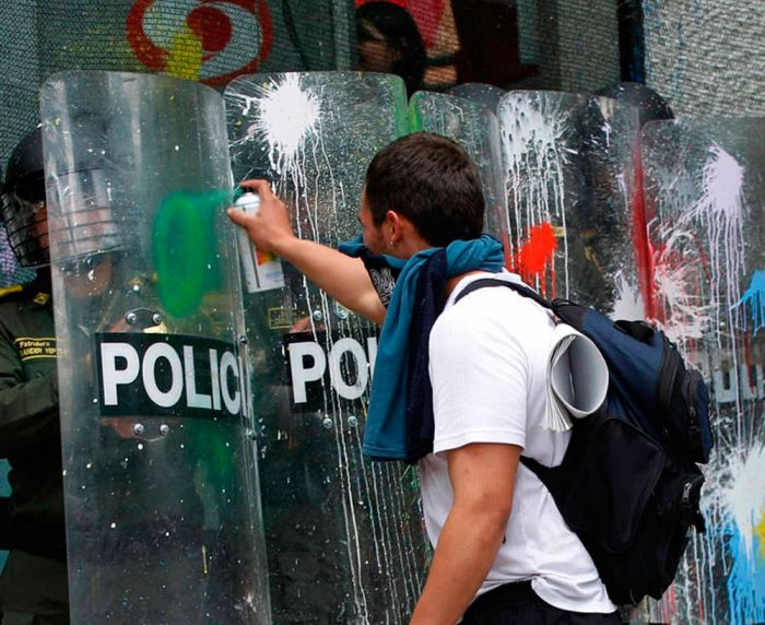Фотоприкол дня баллончик, полицейские, полиция, против системы, рисует, с краской