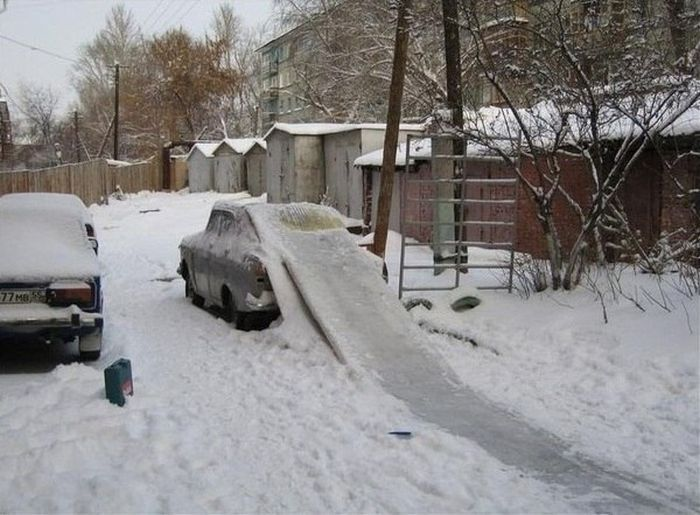 Бесплатно фото брошенная машина, двор, детская площадка, приспособили, угадай страну
