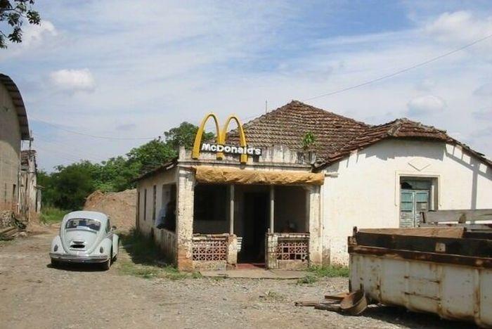 Прикол картинка глубинка, макдональдс, машина, развалины, ретро, село, старое авто