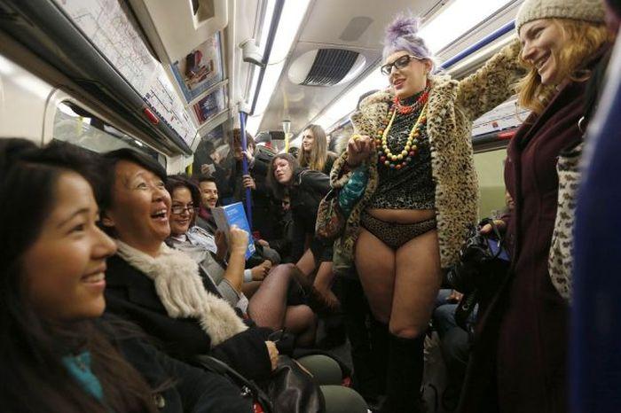 Прикол картинка выражение лица, метро, необычный наряд, общественный транспо, экстравагантная