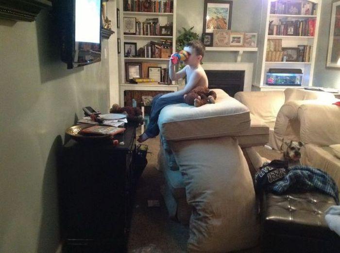 Фанни фото диван, малыш, перед телевизором, подушки, прикол, ребенок