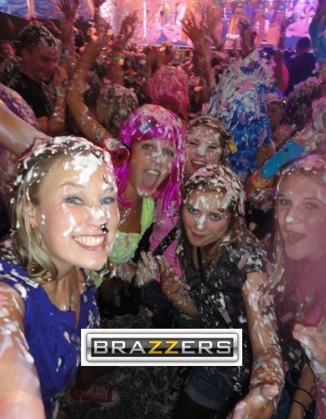 Юмор прикол браззерс, девушки, испачкались, ночной клуб, пенная вечеринка, прикол, смешное фото