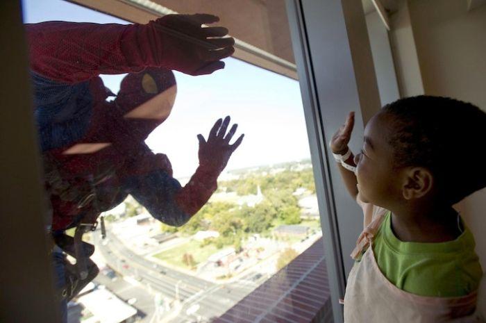 Яркие фото прикольное фото, ребенок, супергерой, темнокожий, человек паук