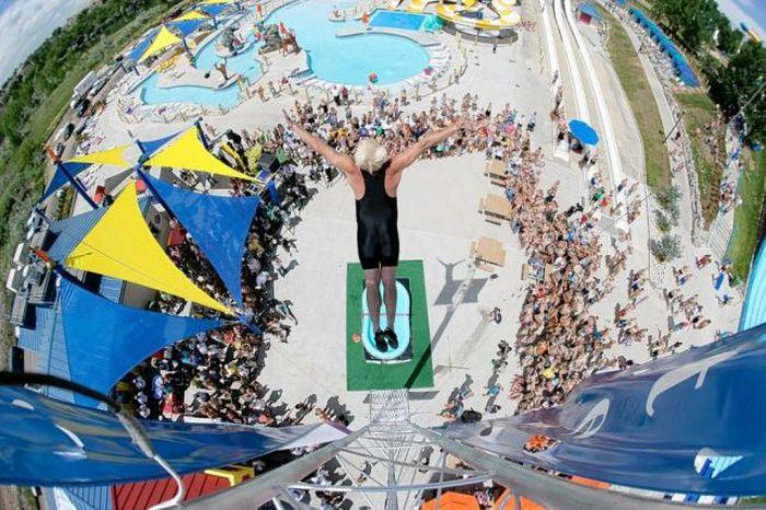 Фанни фото в воду, каскадер, огромная высота, прыжок в бассейн