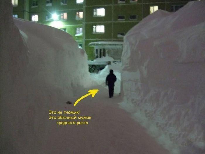 Смешные картинки жесть, зима, картинка с надписью, куча снега, мужик, сугробы, толстый слой