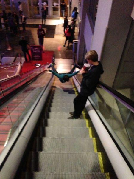 Фото прикол зацепился, идиотизм, лестница, прикол, эскалатор