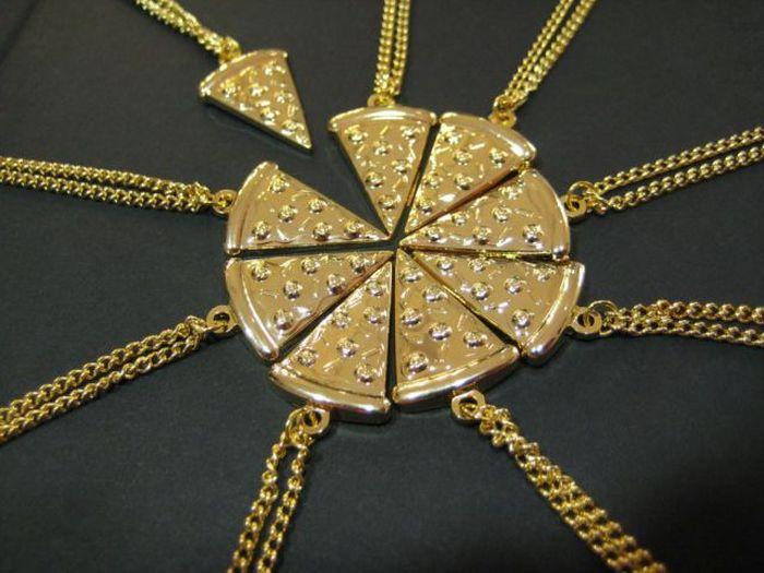 Фото онлайн кусочки, пицца, прикольно, украшение, фотография, цепочки