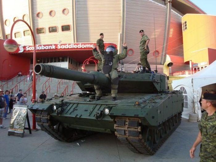 Фото военные, дуло, прикалывается, солдаты, ствол, танк, техника
