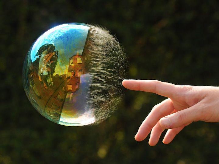 Мир в отражении мыльных пузырей (14 фото)