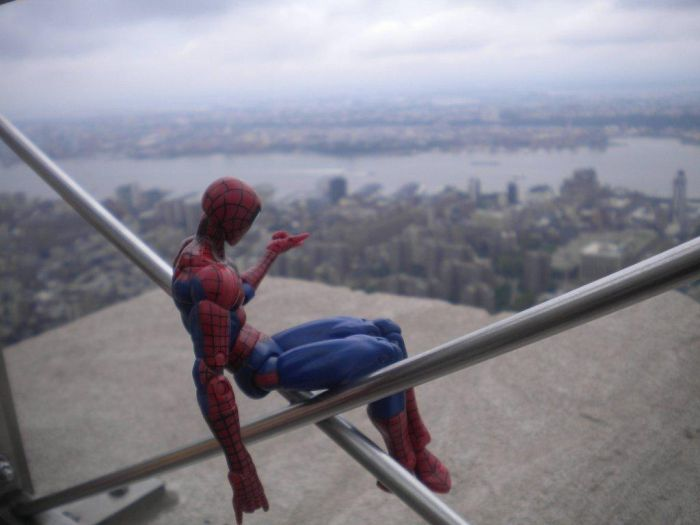 Свежий фотоприкол вид сверху, игрушка, прикол, человек паук