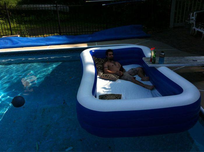 Фотка бассейн во дворе, красивая жизнь, отдыхает, разлегся