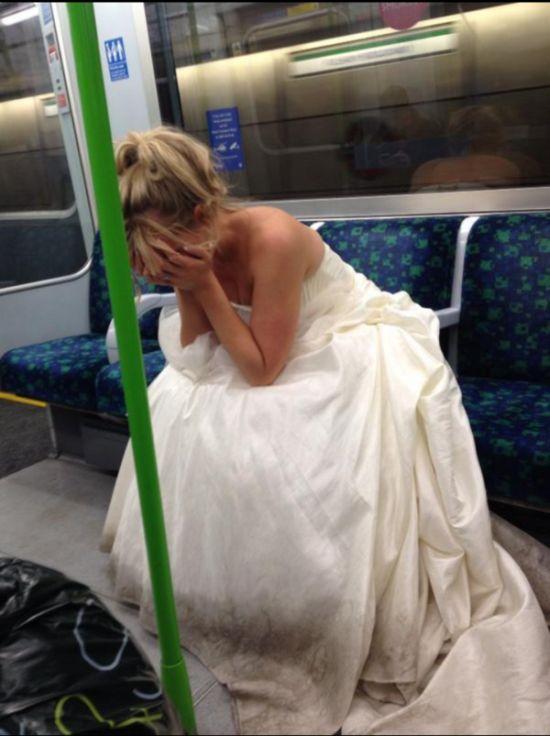 Свежий фотоприкол метро, невеста, общественный транспо, плачет, свадебное платье, свадьба