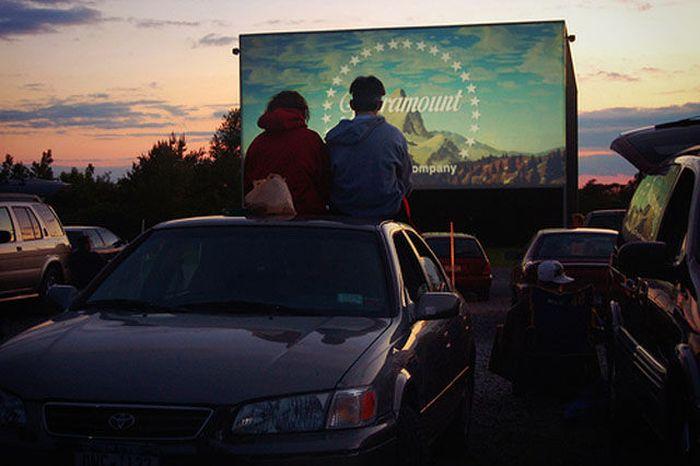 Фотоприкол недели влюбленная пара, кинотеатр на улице, на открытом воздухе, романтика, экран