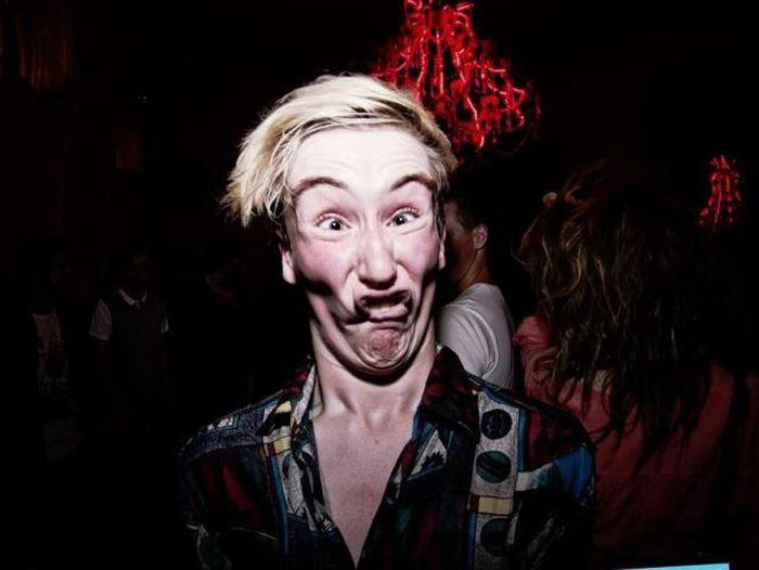 Яркие фото корчит рожу, ночной клуб, парень, смешная фотография