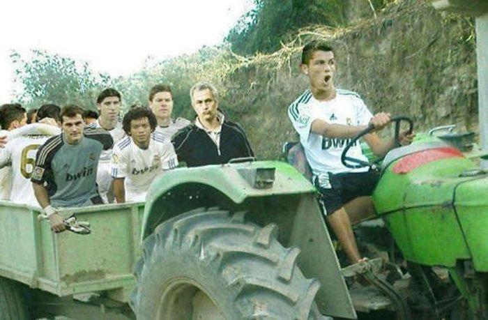 Фотография жозе моуриньо, касильяс, команда, криштиану роналду, реал мадрид, смешная картинка, трактор, футболисты