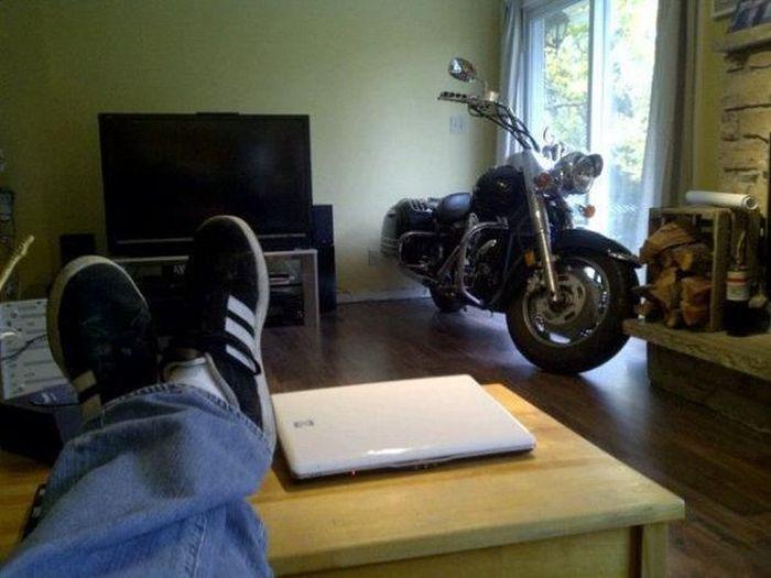 Фото комната, мечта детства, мотоцикл, ноут, парень, плазма