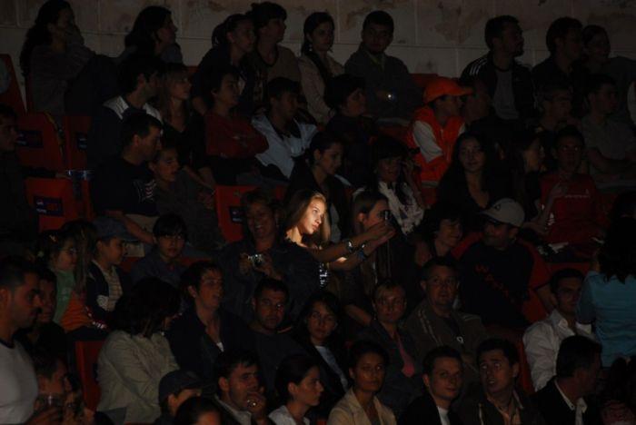 Фотоприкол онлайн бесплатно зал, зрители, прикол, сама себя, трибуна, фотографируется