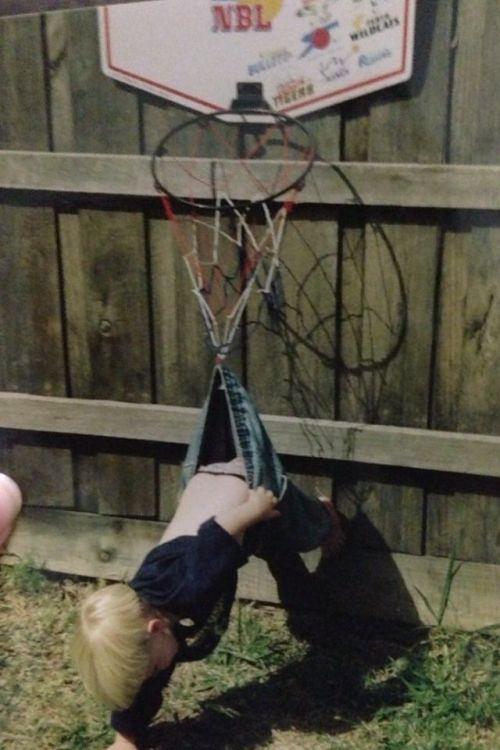 Фото онлайн баскетбол, зацепился, кольцо, маленький мальчик, повис, прикол, ребенок, штаны