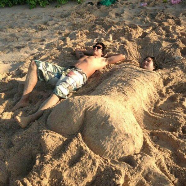 Пикантный фотоприкол закопал, песок, пляж, прикольная фотографи, скульптура из песка