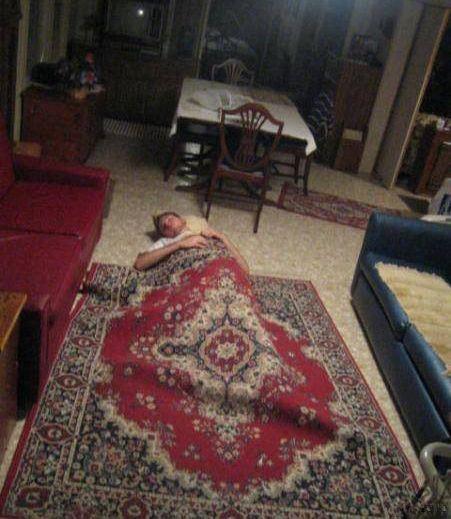 Прикол картинка накрылся, под ковром, прикол, смешная фотография, спит на полу