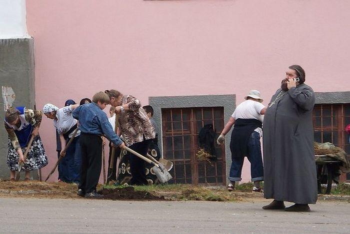 Бугагашеньки батюшка, вскапывают, дети, копают, старики, субботник, толстый, школьники
