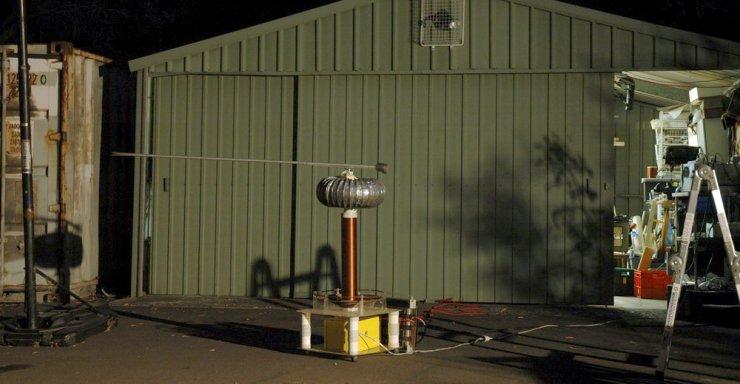 Эксперименты с катушками Теслы (28 фото)