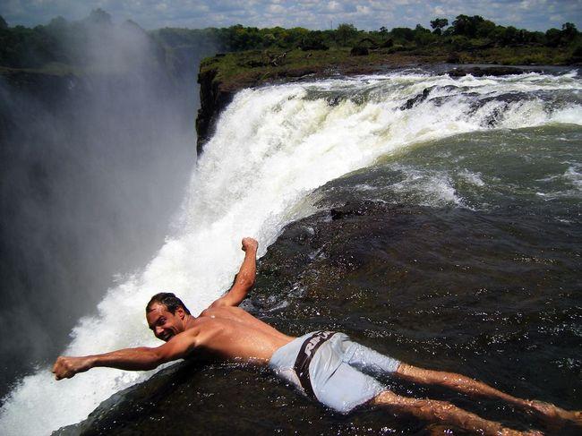 Купания на краю водопада Виктория (10 фото + видео)
