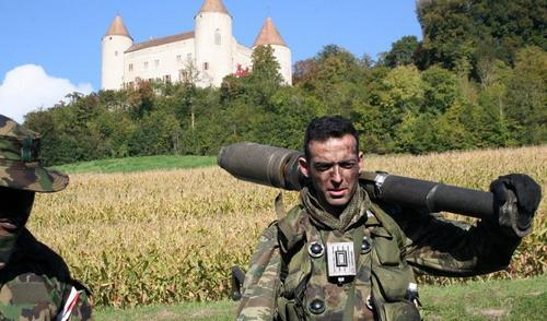 Армия Швейцарии – не единственная страна в мире, имеющая кадрово-милиционную структуру. По этому же принципу (в некотором приближении) построен, например, Бундесвер, являющийся по сути неким огромным аналогом советских «кадрированных» дивизий. Т.е. система – «немного солдат + много кадровых офицеров и унтерофицеров + резервисты на гражданке + учебные сборы = развёртывание только когда надо». Отличие швейцарской в доведении до абсолюта идеи «народ и армия едины».Выглядит это так.  Кадровых военных в стране всего около 9000, в основном в авиации. Находящихся на службе и переподготовке – порядка 10-15 тыс единовременно. Солдат призывается на 90 дней в т.н. Rekrutenschule - Ecole de recrue. После окончания государство отдаёт бойцу личное оружие с двумя полными магазинами (винтовка и/или пистолет), «консерву министра», три комплекта формы на все времена года, снаряжение, бронежилет и каску, с которым он и убывает домой. Хранит он его как хочет – никто проверять не будет.
