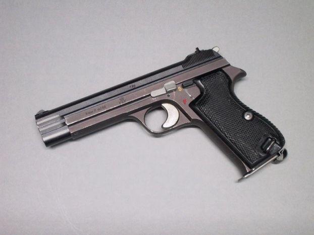 Основной пистолет-пулемёт - B&T 96 SMG от местной фирмы Brugger & Thomet, фактически тот же H&K MP5.  Основной послевоенный 9-мм пистолет SIG P-201, с автоматикой короткого хода ствола, весьма точный, но морально устаревший сейчас (начиная с 1975) полностью заменён на SIG P-220 в варианте 9 мм.